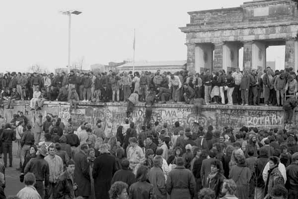 10.11.1989 NIEMCY BERLIN MUR BERLINSKI BURZENIE MURU BRAMA BRANDENBURSKA FOT . ANNA BIALA / AGENCJA GAZETA